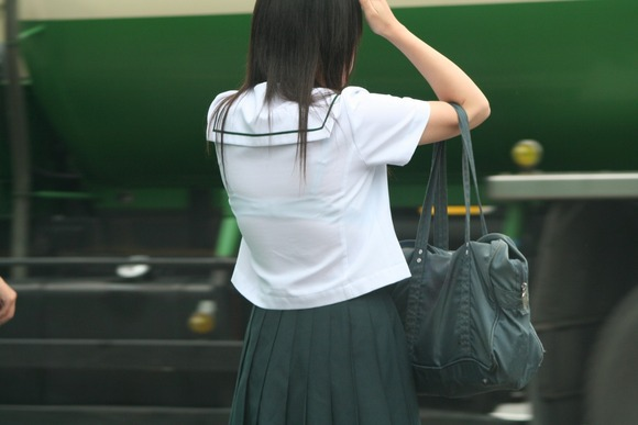【透けブラエロ画像】背中に甘酸っぱいものが漂う街角透けブラ撮り(;´Д`)