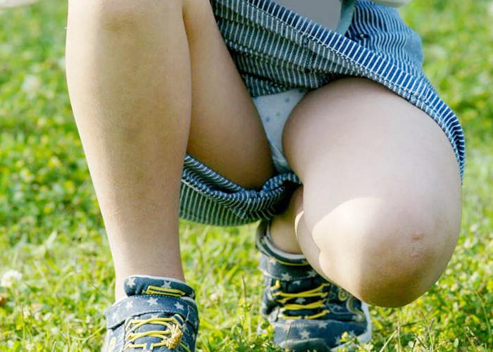 【パンチラエロ画像】迷ったらパンツ見ろwどこにでもいる座りチラ女子(;´∀`)