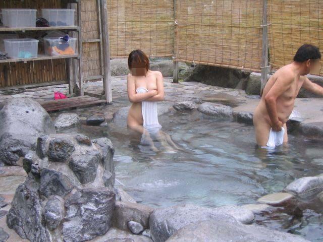 【温泉エロ画像】撮ったらプレイ化w絶賛癒され中な温泉の裸身(*´Д`)