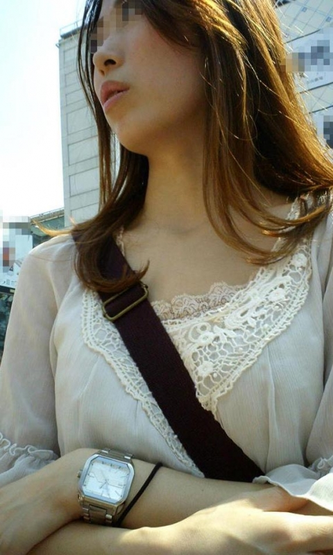 【着胸エロ画像】斜め掛け効果で大きく見える!パイスラ着衣巨乳の破壊力(*´Д`)