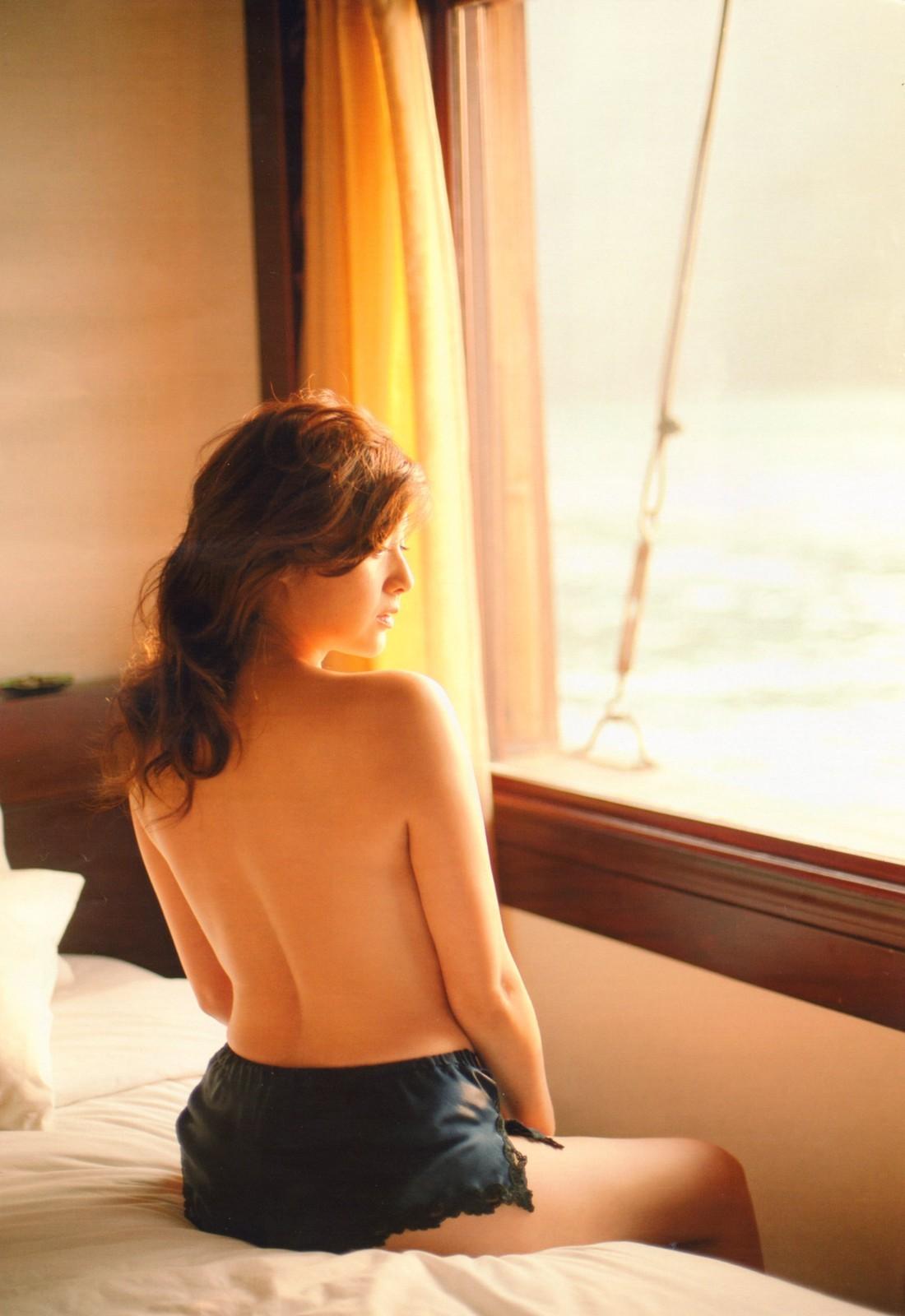 【背中エロ画像】全面舐め回したいほどに綺麗で妖艶な美女たちの背中(´∀` )