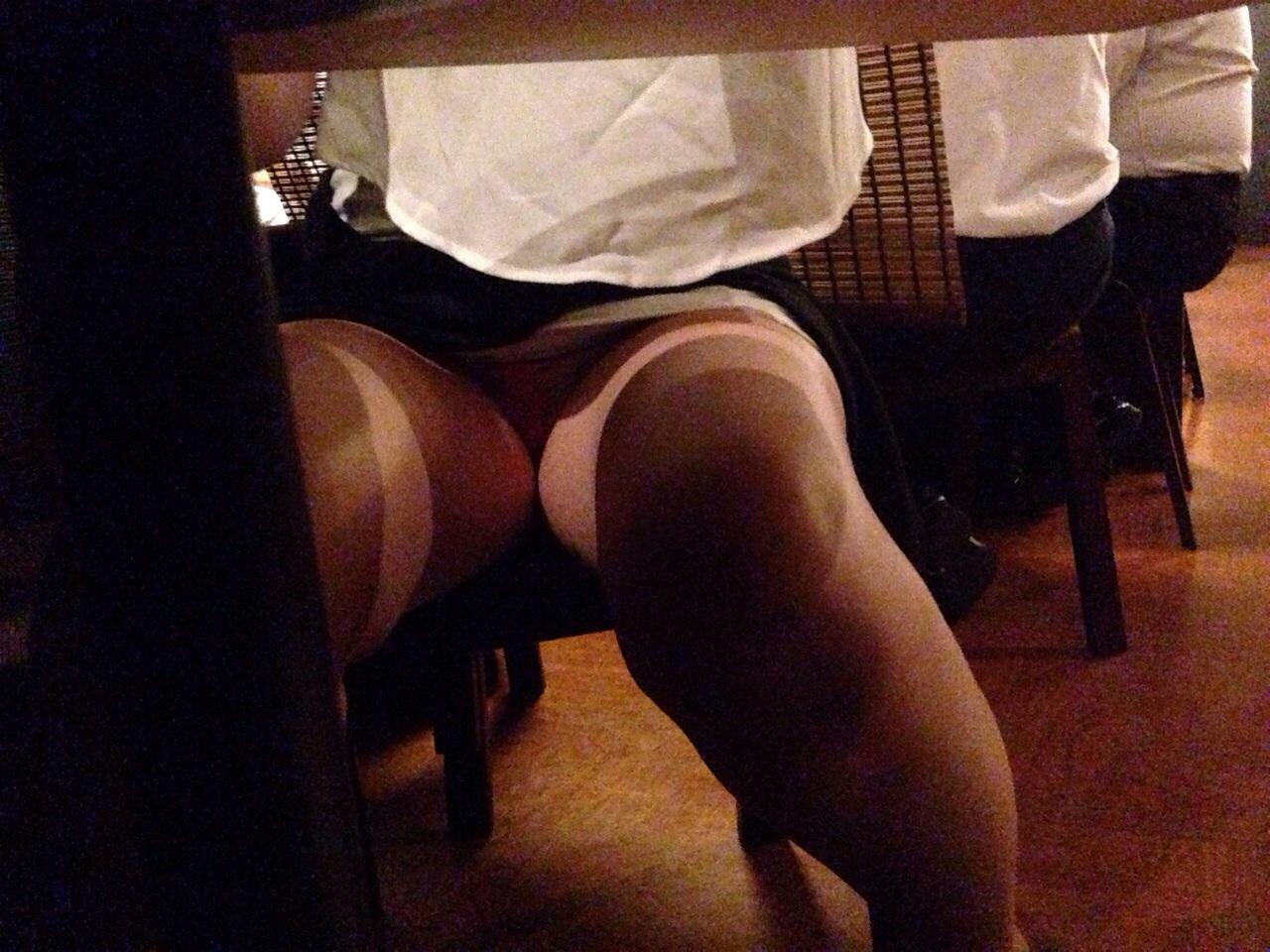 【パンチラエロ画像】彼女に内緒で机の下から今日の下着チェック(;´Д`)