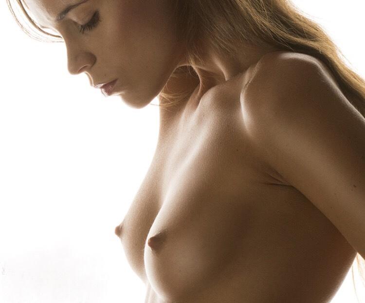 【乳頭エロ画像】指で摘めるかどうか…無理なら吸えばイイ小さな乳首(`・ω・´)