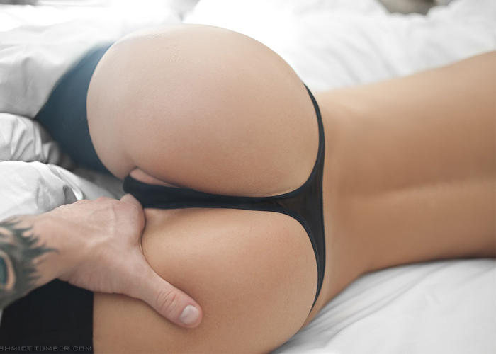 【美尻エロ画像】顔面を預けて枕にしたい…寝転び中な美巨尻(;´Д`)