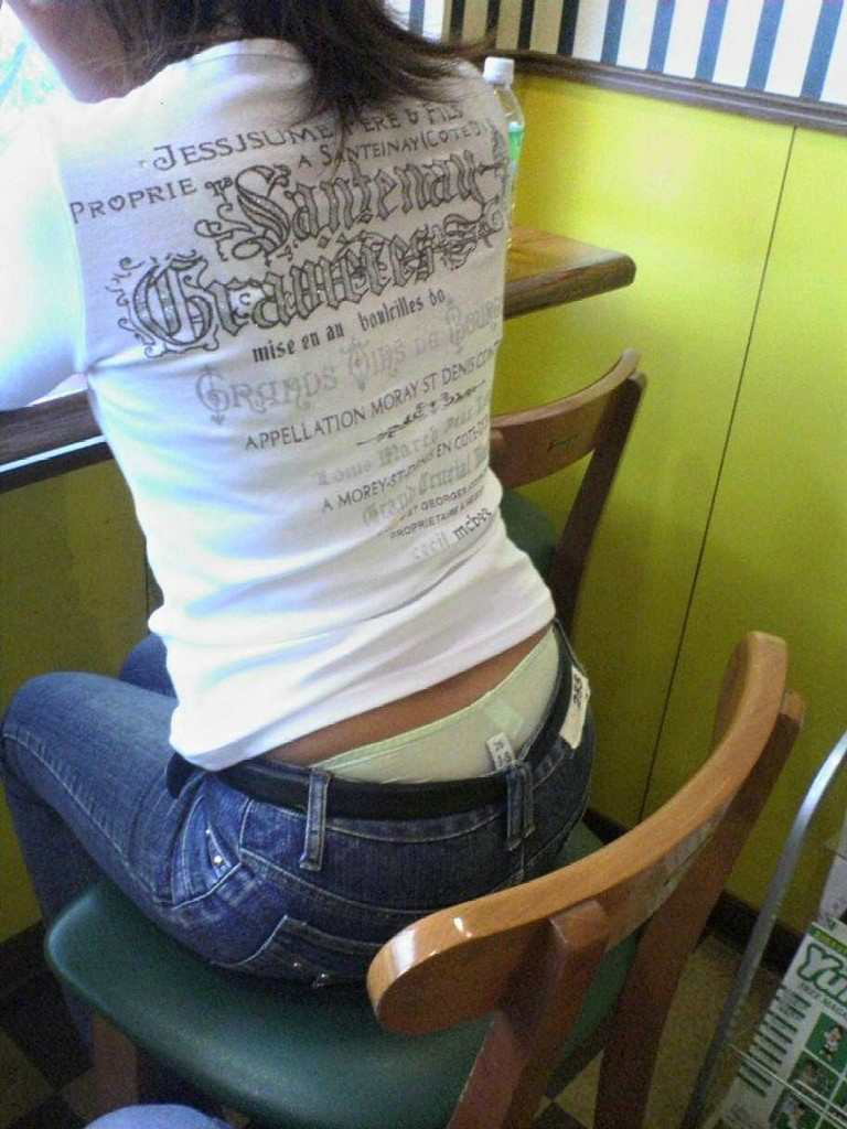 【ローライズエロ画像】男としてはパンチラ扱いwローライズ女子の腰に注目!(;・∀・)