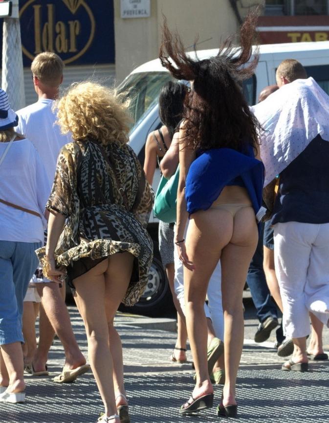 【パンチラエロ画像】尻か下着どちらが先か?風に舞うミニから丸見えの光景