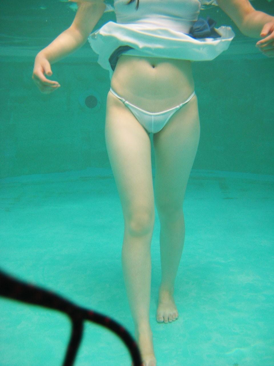 【水中エロ画像】季節外れな厚さを凌ぐために水中で揺らぐムチムチ女体(;´Д`)