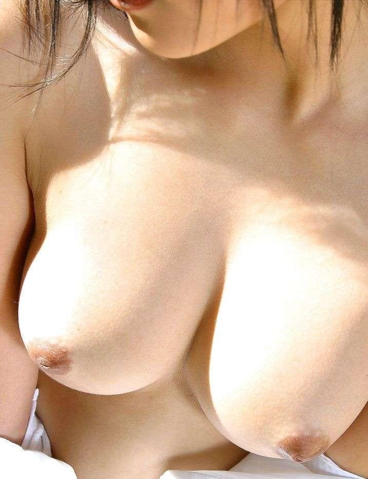 【美乳エロ画像】それなりに大きく先っちょまで綺麗w崇めたい美乳(;´∀`)
