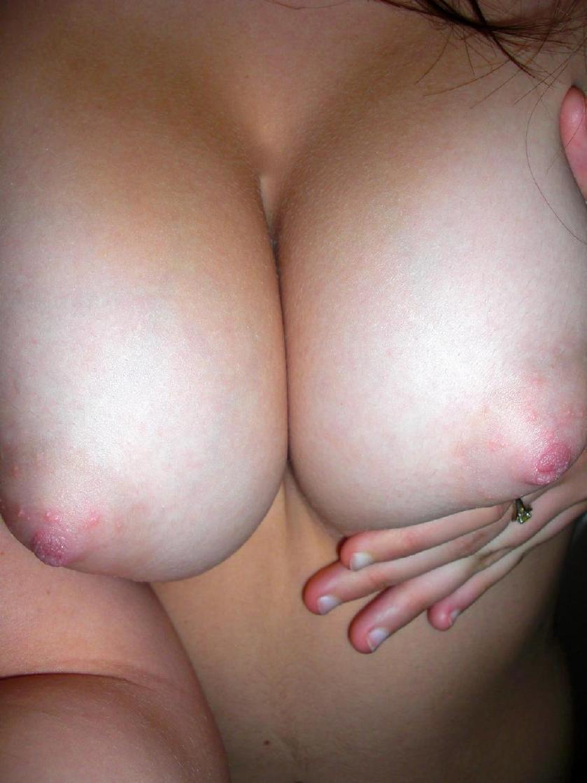 【自撮りエロ画像】見知らぬ誰かのだから余計にそそる自撮り生乳(;´Д`)