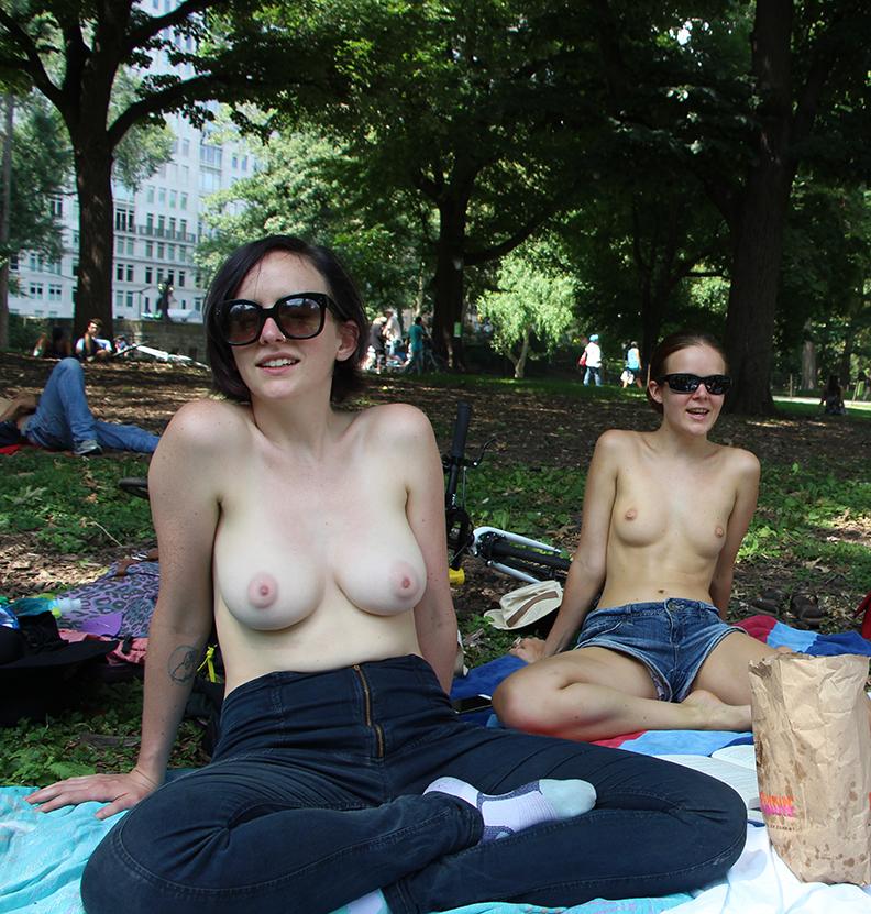 【海外エロ画像】恥じらいは皆無w広場でも脱げる海外女性たち(;゚Д゚)