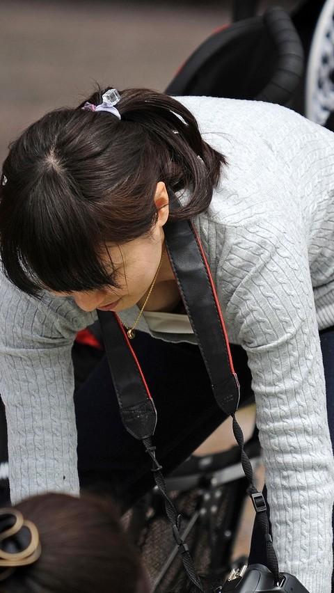 【胸チラエロ画像】なんと気になる膨らみか…もっと先も見たい胸元観察(;´∀`)