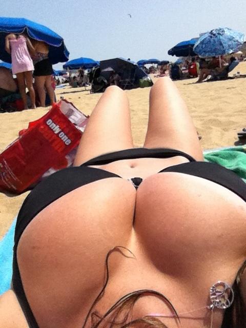 【水着エロ画像】ポロリ待ちされているかも…ビーチで寝転ぶビキニ乳(;゚Д゚)