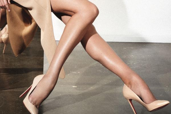 【ヒールエロ画像】踏まれるとヤバそう…高いヒールを履いた足に接近!(;・∀・)