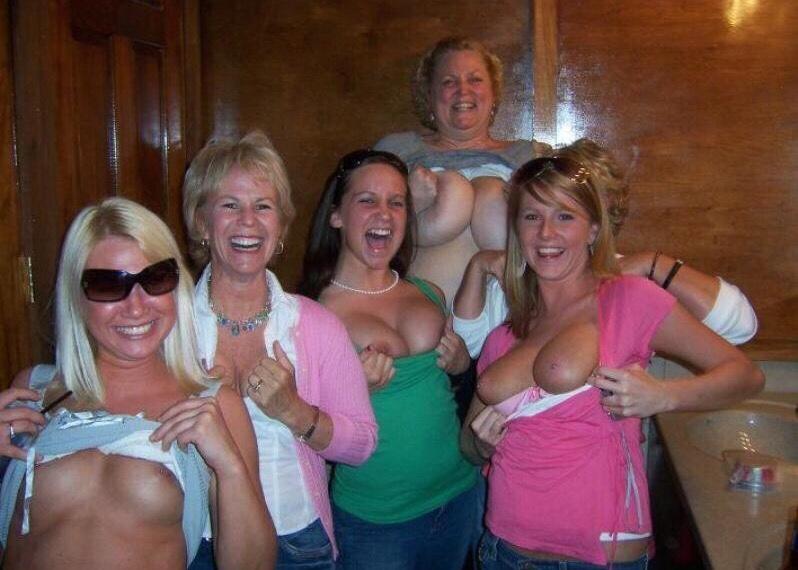 【海外エロ画像】酒が入れば見せてくれる海外女性たちの悪ノリ乳出し!(;゚Д゚)