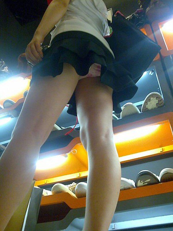 【パンチラエロ画像】斜め下から下着を狙う!お尻も見えるローアングル激写(;´Д`)