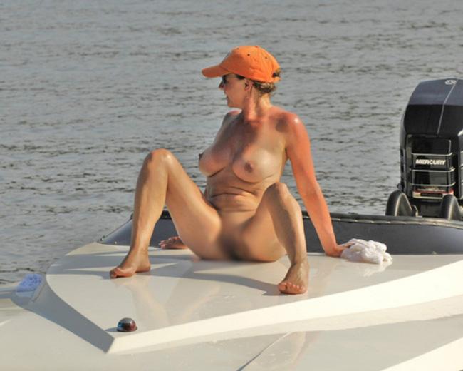 【海外エロ画像】セレブの露出!?船の上で優雅に裸を潮風に当てる方々(;゚Д゚)