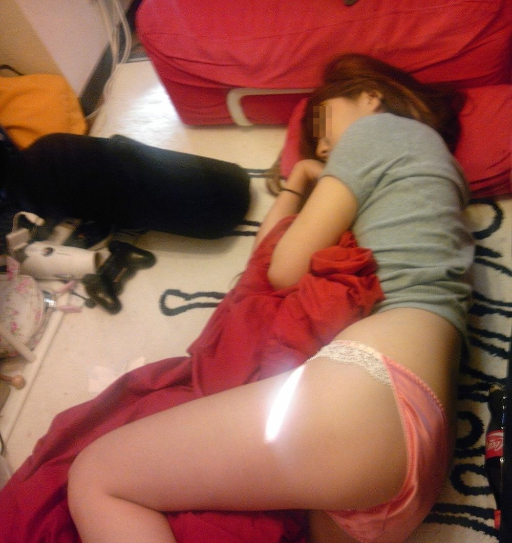 【寝姿エロ画像】熟睡中だから気付かないw寝ながら恥ずかしい姿を晒す人(;^ω^)