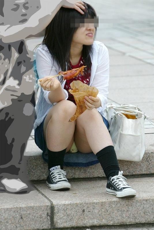 【パンチラエロ画像】風景に溶け込みようのない座りパンチラ観察(;´Д`)