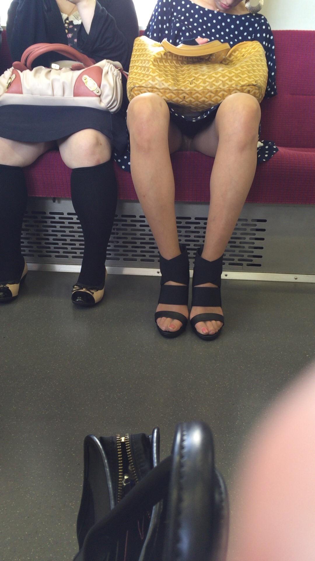 【パンチラエロ画像】終点までお願いしますw電車内のチラ見せさんは癒し(;^ω^)