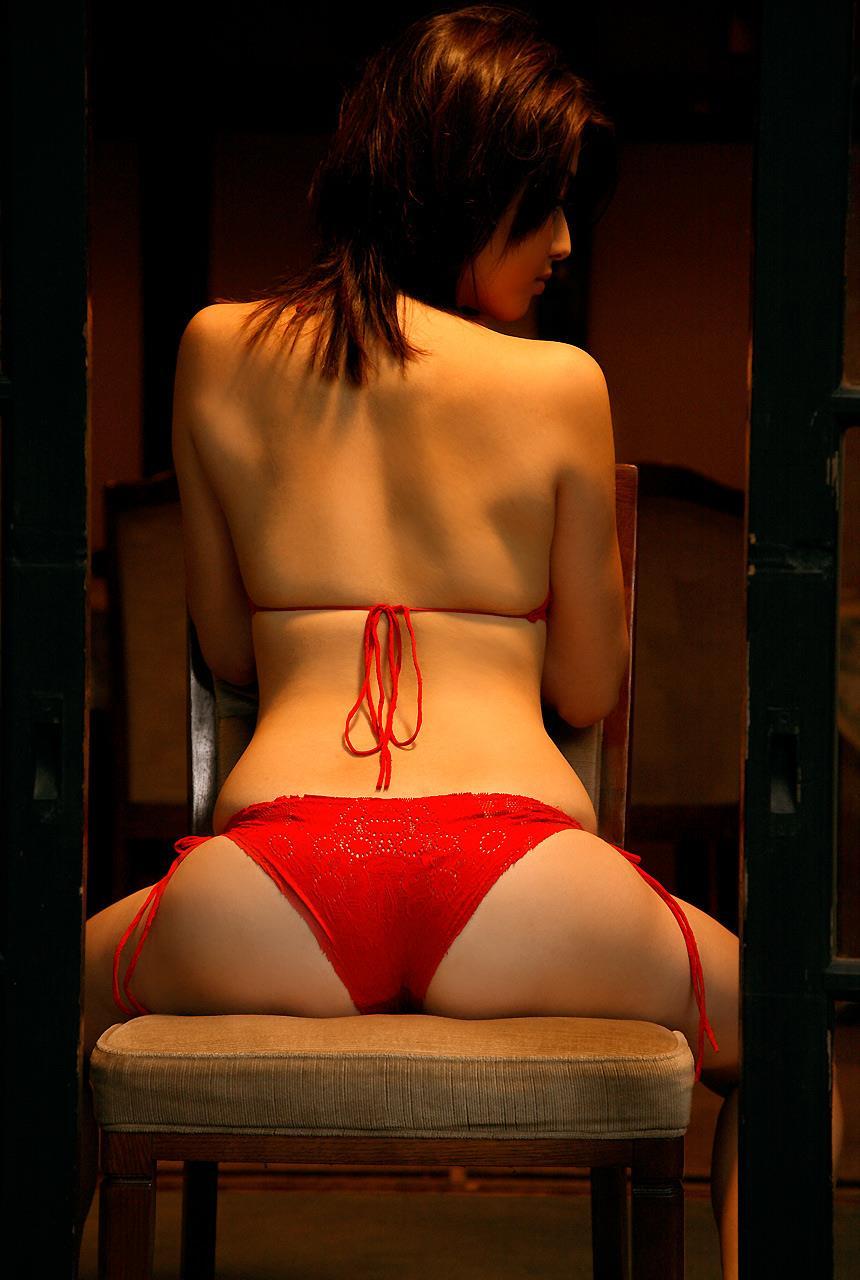 【美尻エロ画像】最近はTバックでも躊躇しないグラドル達の食い込みヒップ(;´Д`)