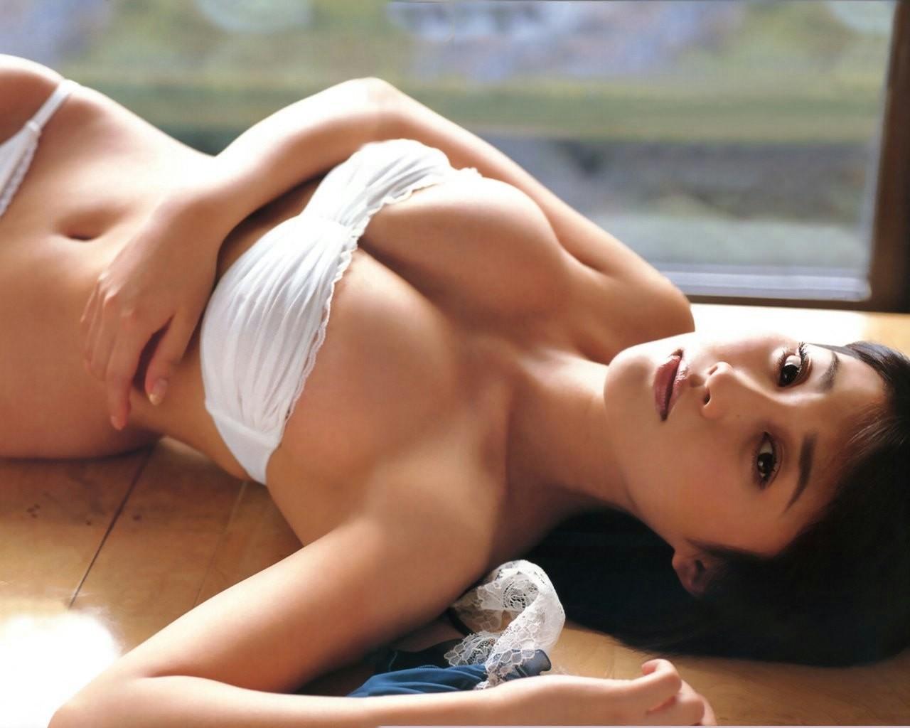 【腋フェチエロ画像】皺が出来てるとなんとなく卑猥な美女たちの生腋(;^ω^)