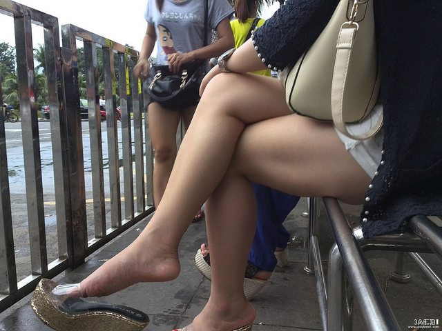 【美脚エロ画像】太ももも揺れている…魅惑のショーパン下半身撮り!(゚A゚;)