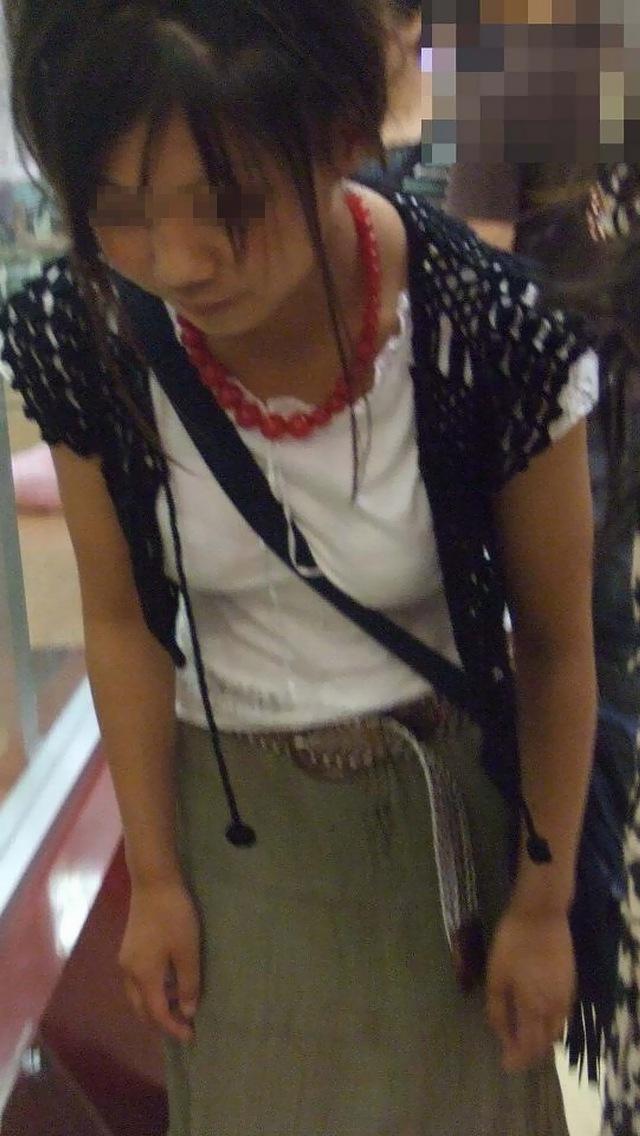 【着胸エロ画像】脱いだら凄くないかもしれない街角パイスラ撮り(;・∀・)