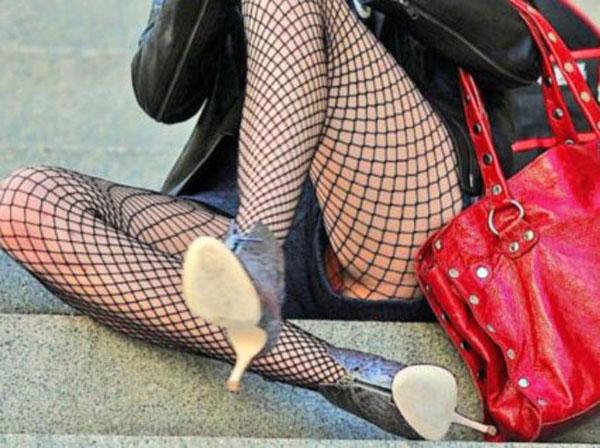【パンチラエロ画像】スカート以外でも希望が…ショーパン系の隙間から下着を捕捉!(;・∀・)