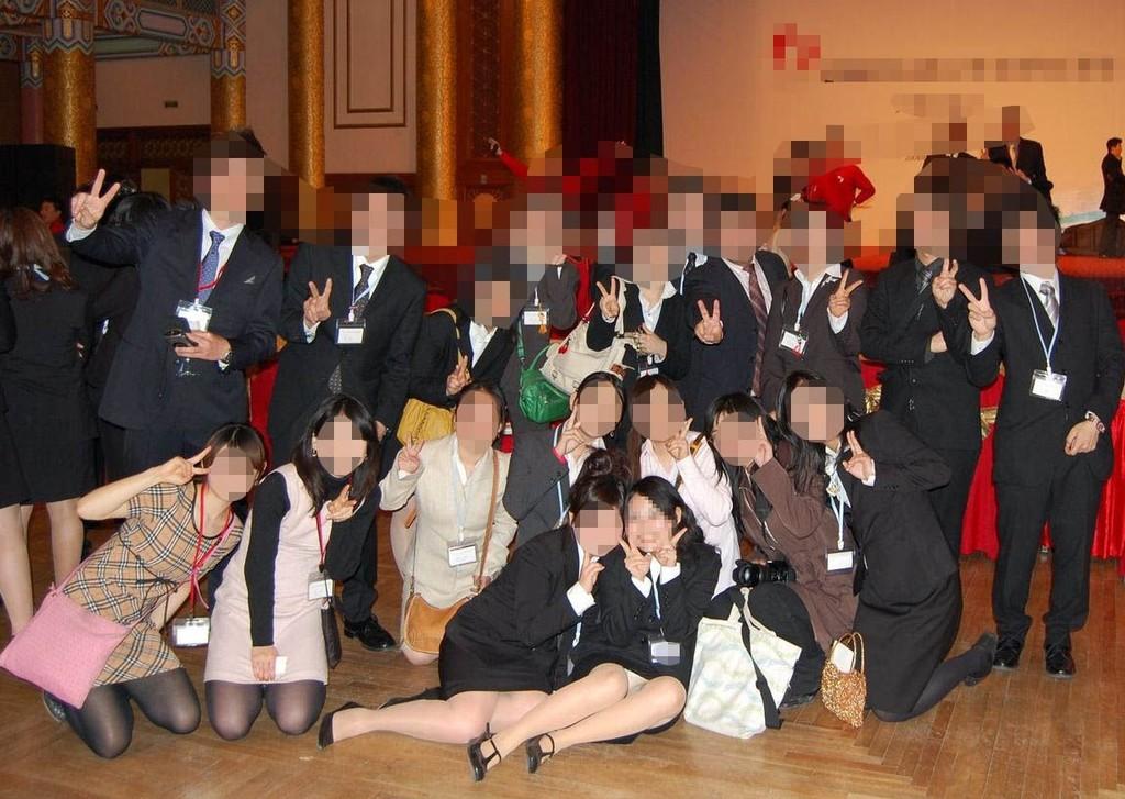 【パンチラエロ画像】ミニを前列に座らせてパンツ狙いは記念写真のお約束(;^ω^)