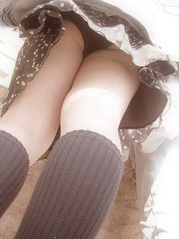 【パンチラエロ画像】中身が気になるミニスカ発見したらとりまローアン(;´∀`)