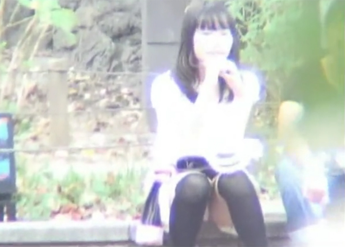【エロ動画】都内で有名なパンチラスポットでミニスカ座り女子を監視!(;゚∀゚)=3 01