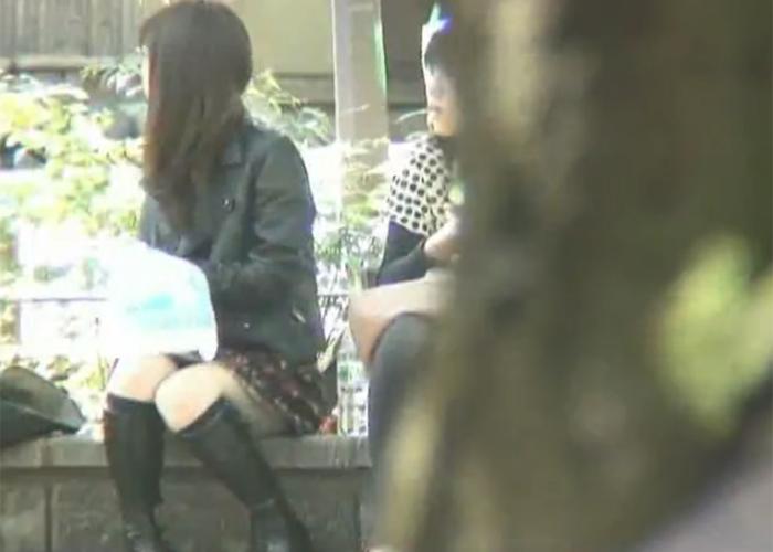 【エロ動画】都内で有名なパンチラスポットでミニスカ座り女子を監視!(;゚∀゚)=3 02