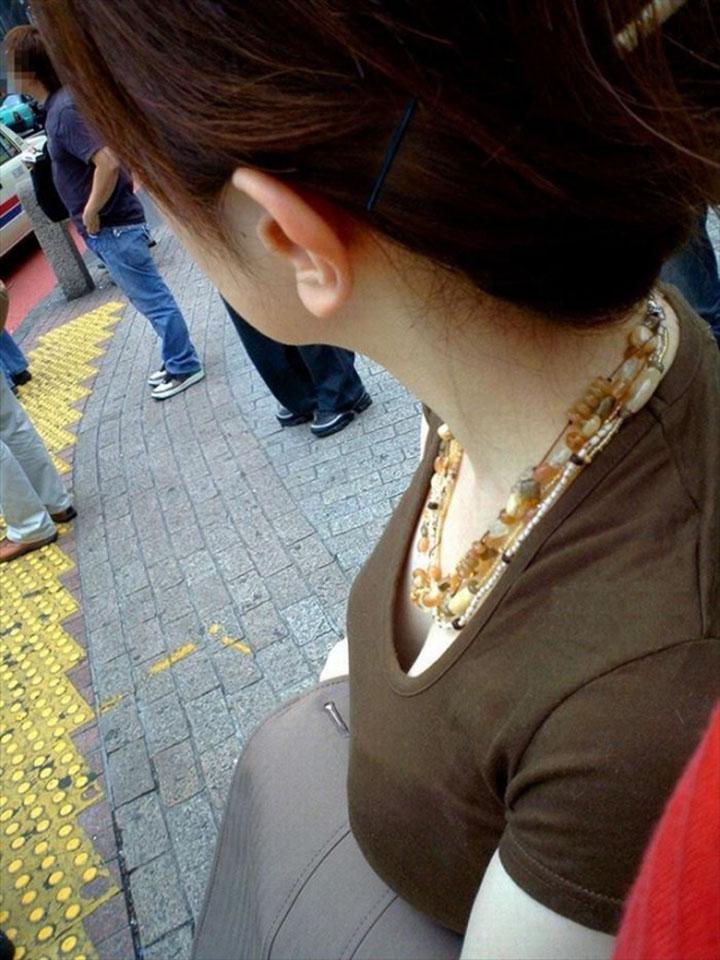 【胸チラエロ画像】膨らみ出てるし見ない訳には…街でバッタリ胸チラ(;´∀`)