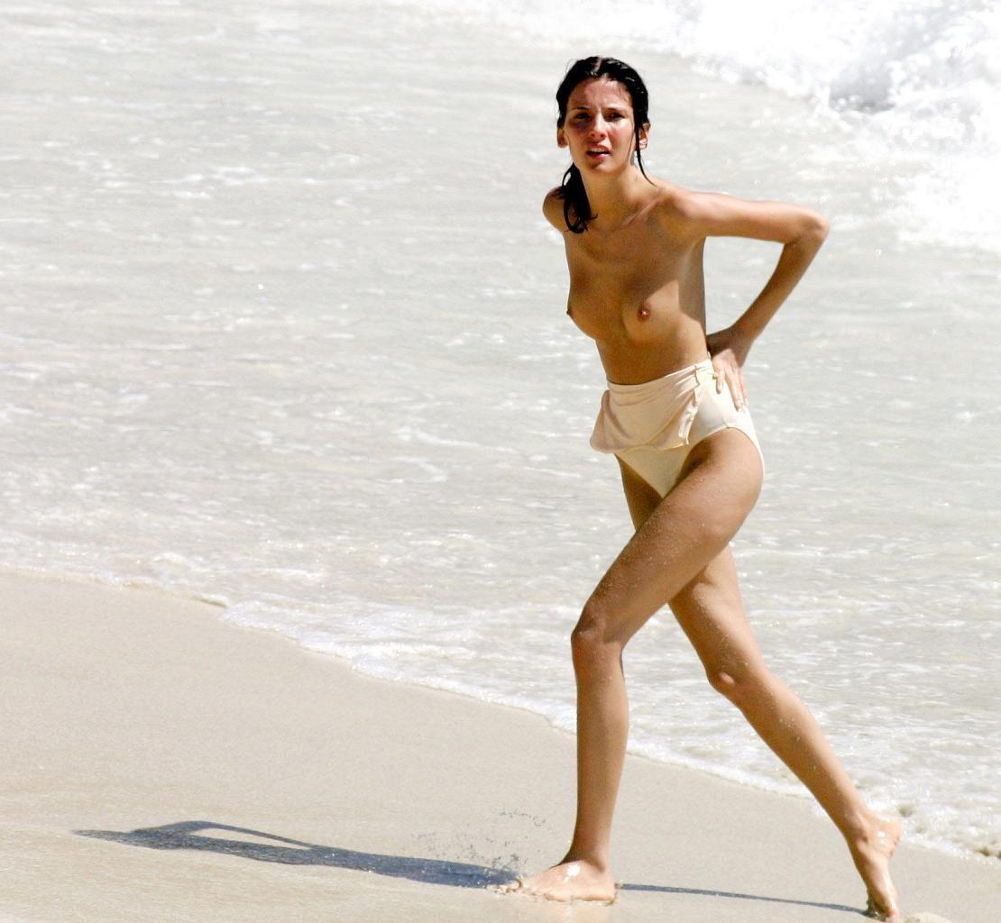 【海外エロ画像】パンツが敷居を低くしているw乳見放題のトップレスビーチ!(;´Д`)
