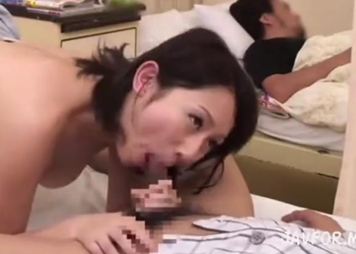 【エロ動画】隣の患者の見舞いに来た若妻にチンコ見せつけNTR!(;゚∀゚)=3