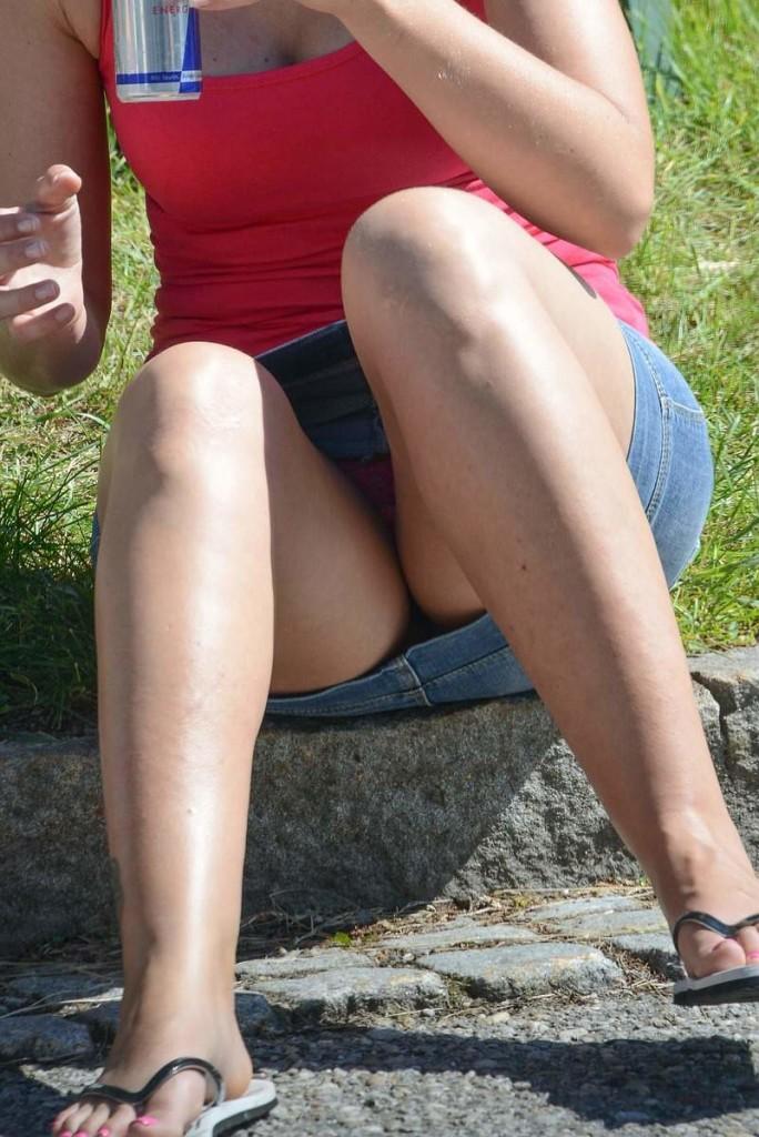 【パンチラエロ画像】防御ガバガバなミニスカ女性だらけな海外のパンチラ!(;´∀`)