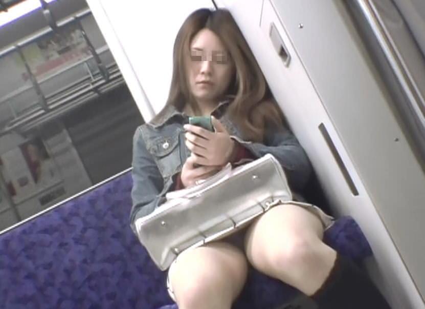 【パンチラエロ画像】電車内で目撃!降りるまで見守りたい対面パンチラ(;´Д`)