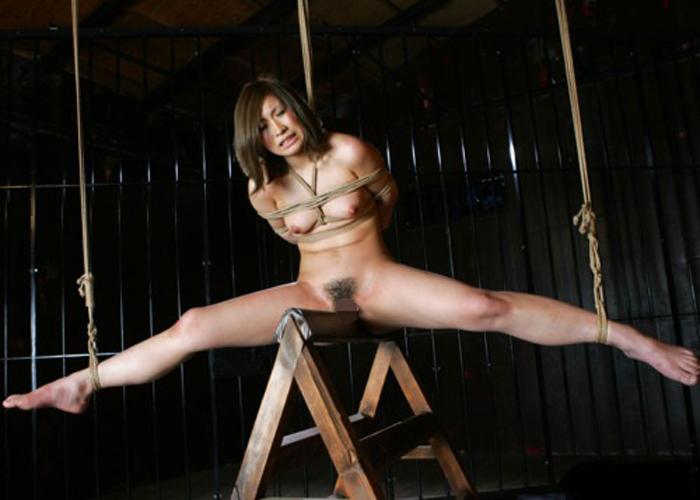 三角木馬とM女の調教エロ画像