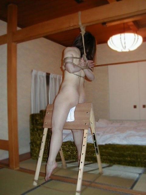 【SMエロ画像】裂けちゃう…苦痛と快楽の狭間を味わえる三角木馬!(;゚Д゚)