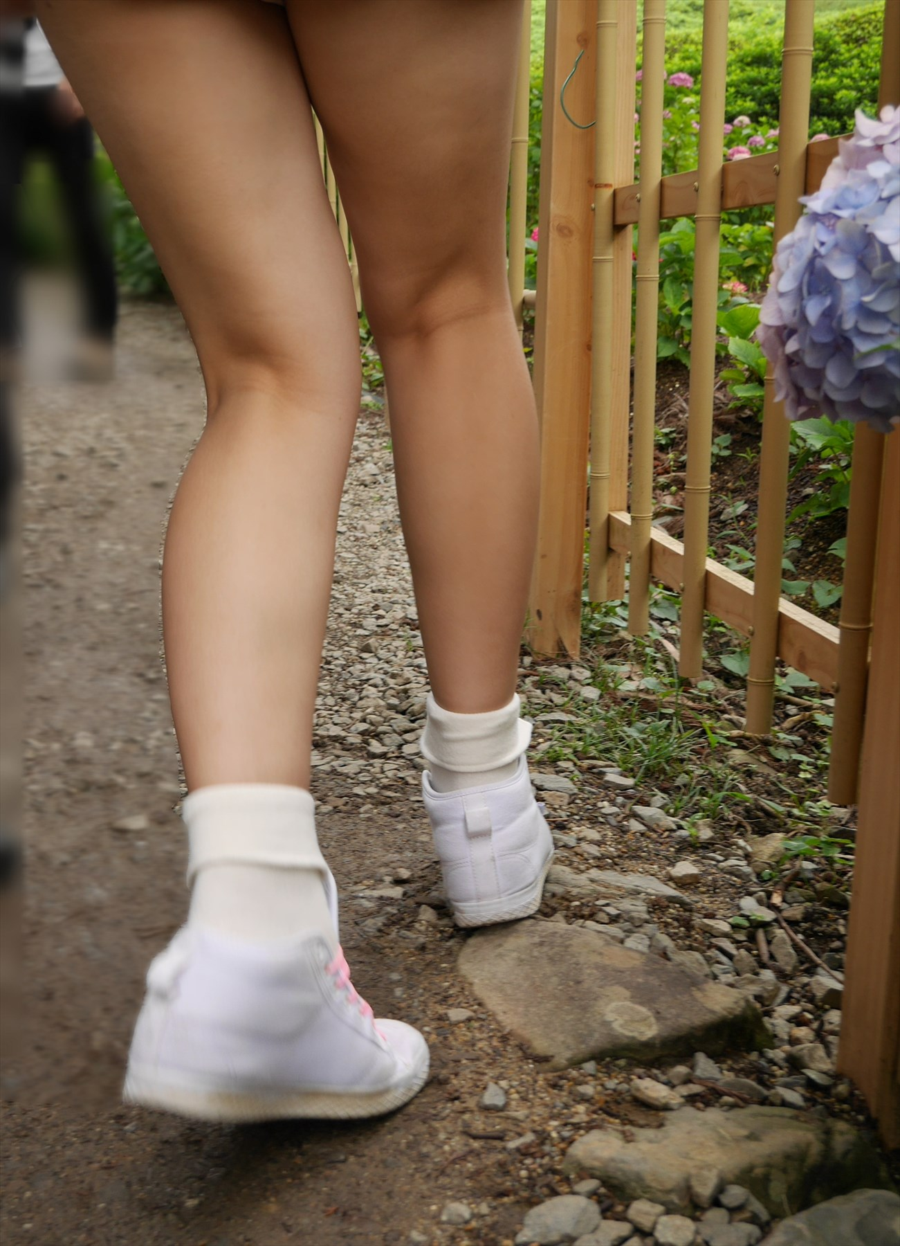 【美脚エロ画像】付け根から隠さず見せつける街角のムッチリ美脚の皆様(;´Д`)
