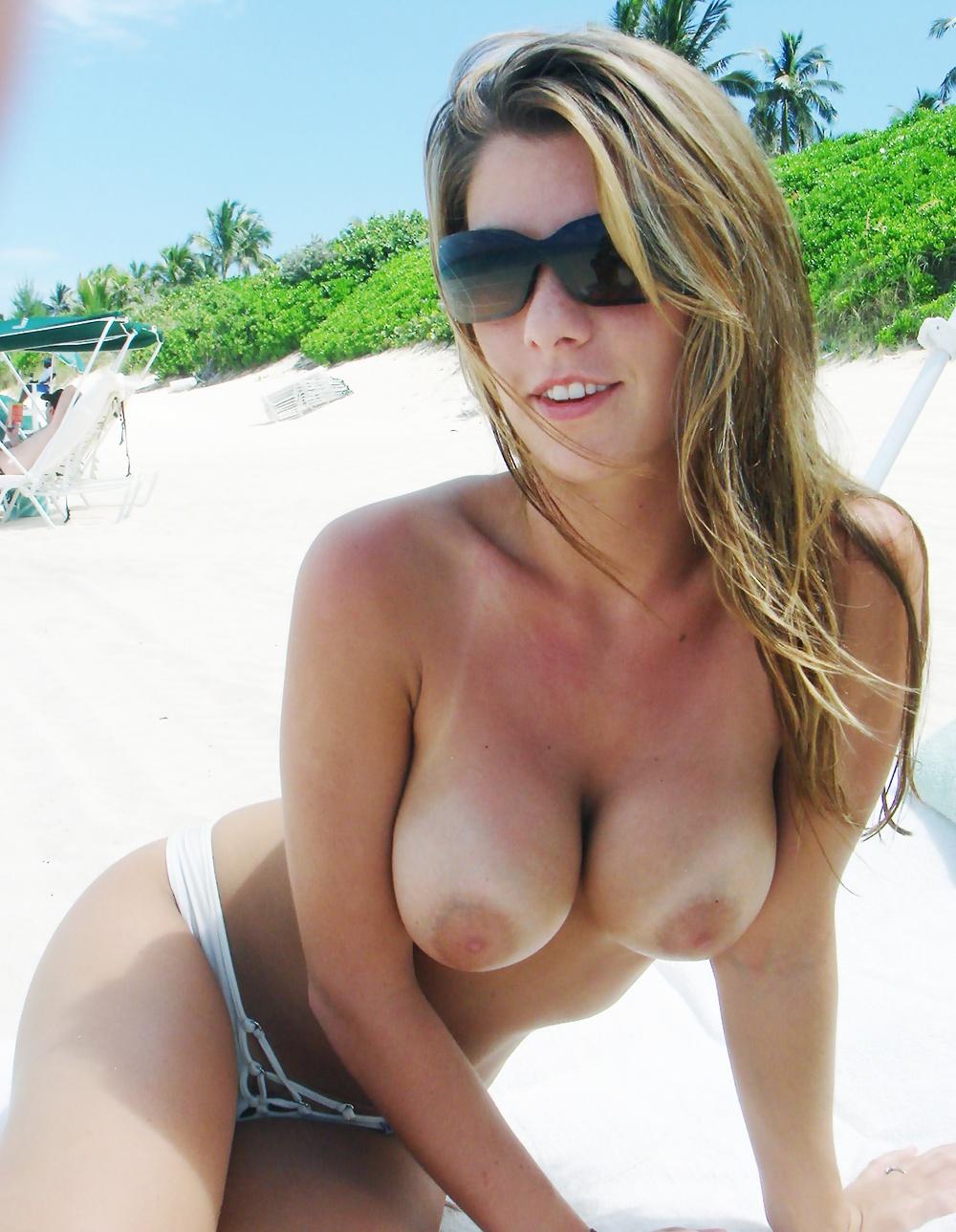 【日焼けエロ画像】真っ白巨乳がとっても卑猥な海外美女たちの日焼けバスト!(゚A゚;)