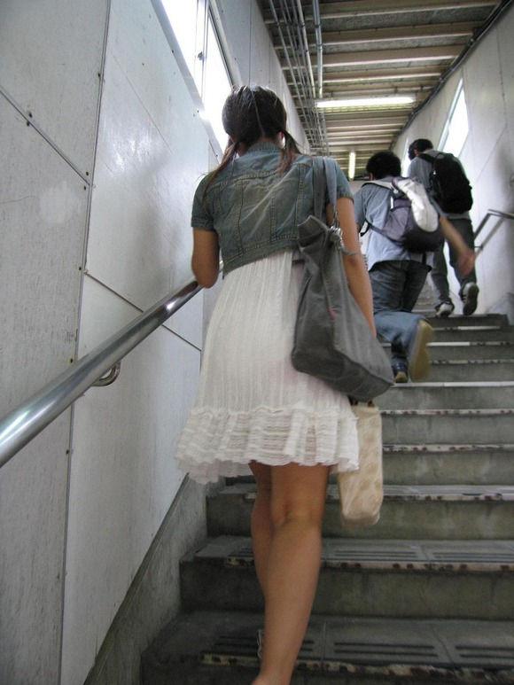 【下着透けエロ画像】白ワンピは鉄板!下着がうっすら見えてる方々(;´Д`)