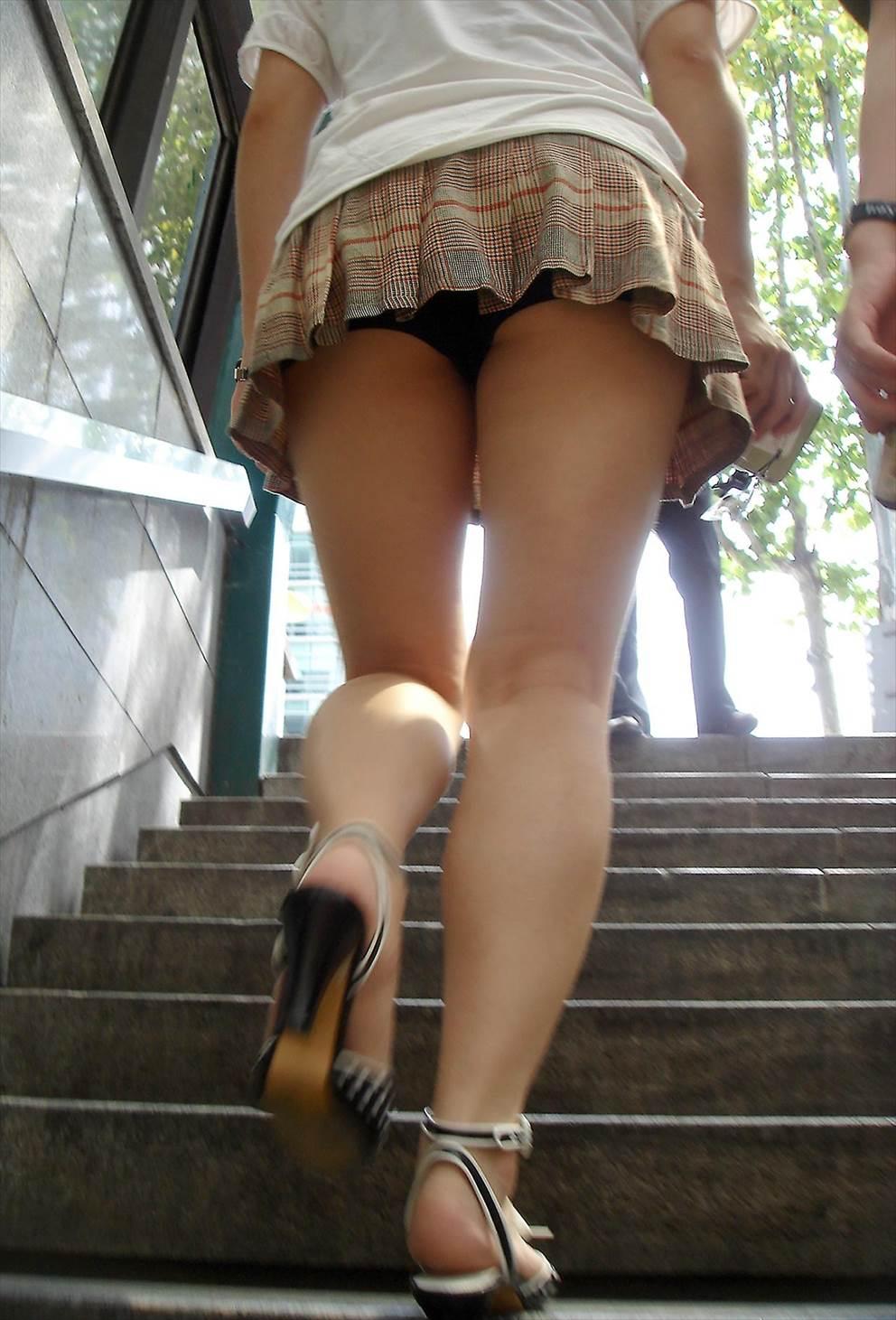 【パンチラエロ画像】隙だらけの斜め下から覗き見上げてローアングル!(;^ω^)