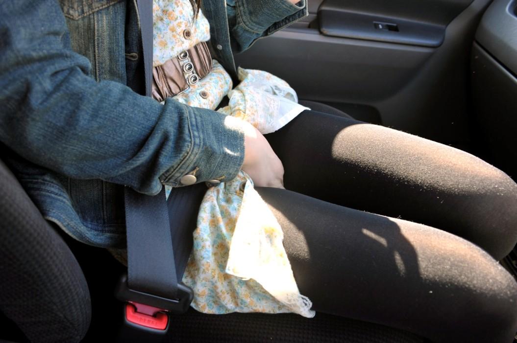 【美脚エロ画像】隣にいると前見られない…車内のムッチリ太もも!(;゚Д゚)