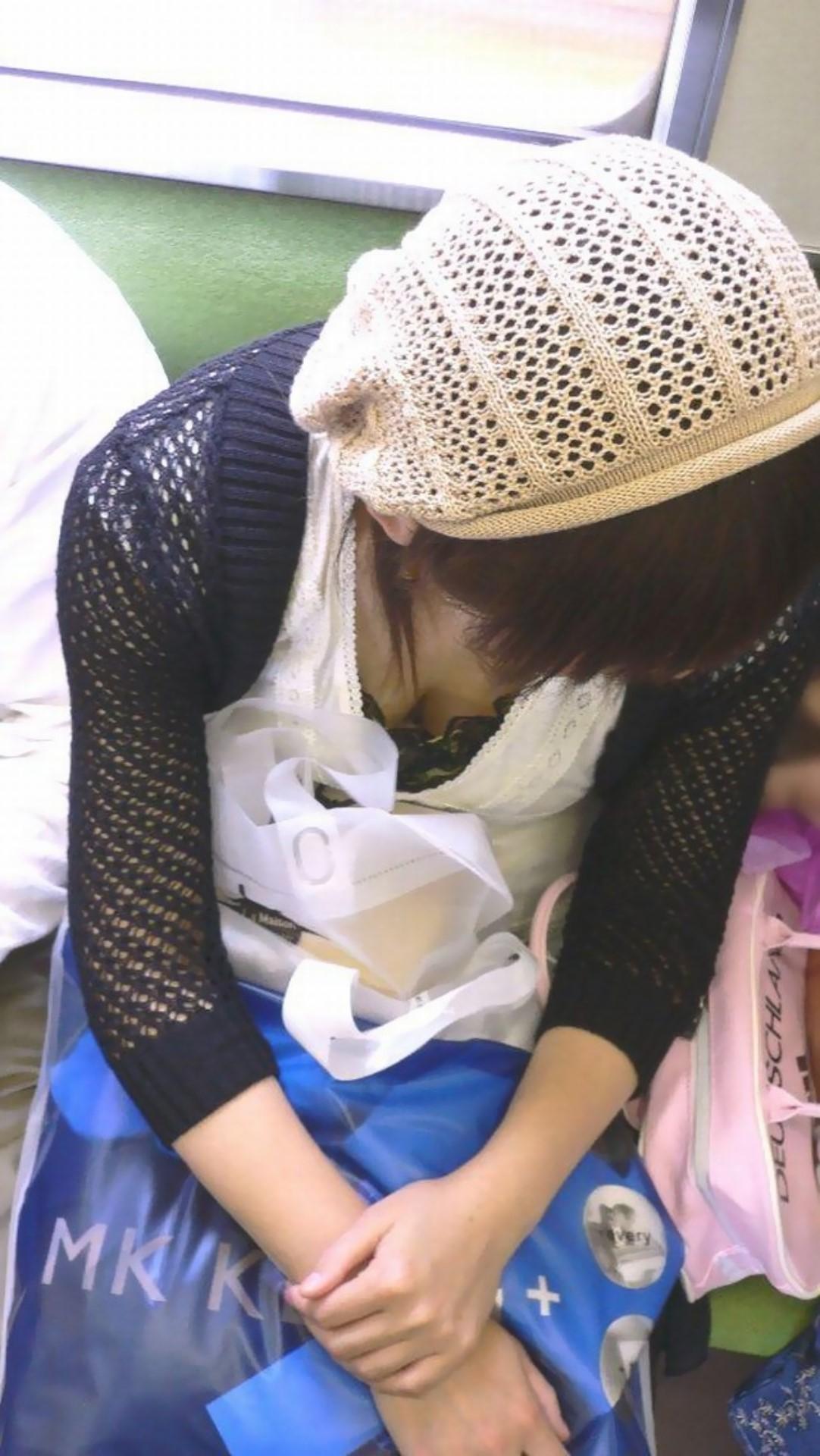 【胸チラエロ画像】緩い人多かったら立ってようか…電車内で胸チラ覗き!(;^ω^)