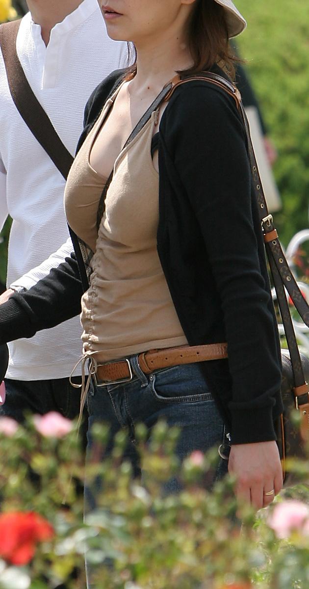 【着胸エロ画像】バッグの紐だけで…大きさ際立つパイスラ着衣おっぱい!(;・∀・)