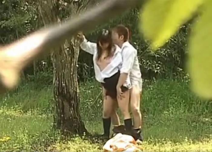 【エロ動画】彼氏と昼間から青姦やらかしている巨乳JKを発見!(;゚∀゚)=3