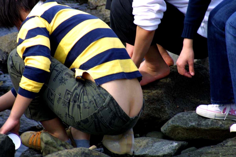 【ローライズエロ画像】数ミリ出ても半ケツ扱い!ローライズ女子の尻ハミ出し(゚A゚;)