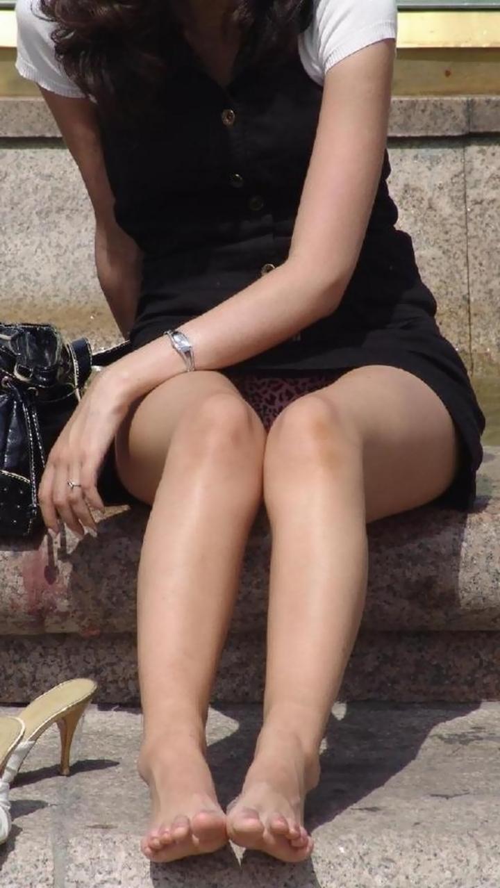 【パンチラエロ画像】行楽日和は座りパンチラ撮りも書き入れ時(;^ω^)