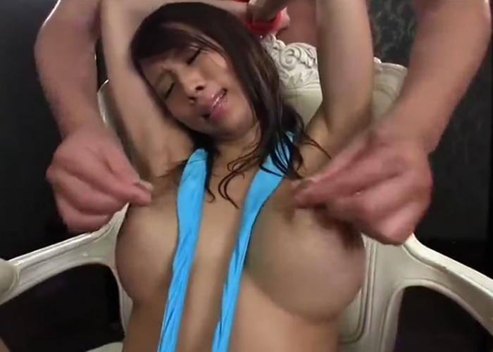 乳首を引っ張り&母乳搾りをされ指ズボ責めでは潮吹きをする巨乳の希咲エマ
